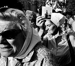Madres de Plaza de Mayo durante su habitual ronda / Mothers of Plaza de Mayo during Their Customary March